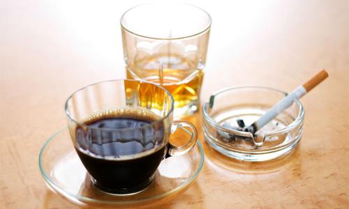 отказаться от кофеина, сигарет и алкоголя