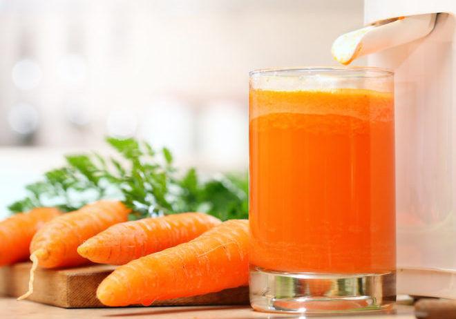 Полулитр свежего морковного сока