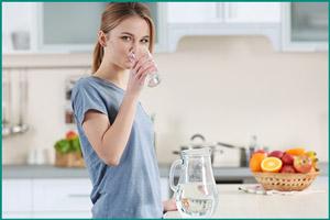 Прием обильного количество жидкости