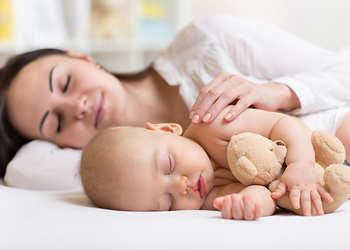 сон грудничка в отдельной кроватке