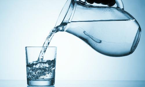 Вода льется из кувшина