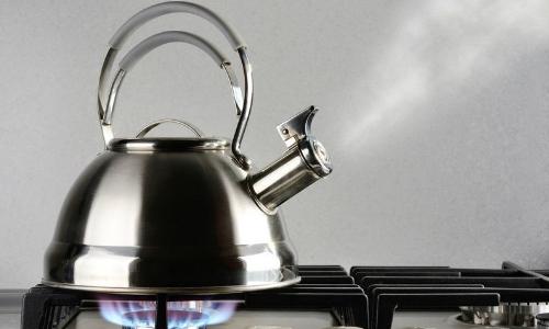 Чайник с водой кипит