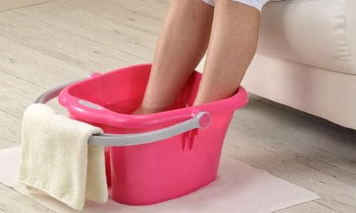 опустить ноги в горячую воду